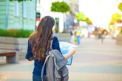 Турист девушки с картой в руке на гиде перемещения улицы города, туризме в Европе Стоковое Фото