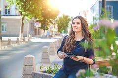 Турист девушки с картой в руке на концепции туристов улицы города Исследовать город Стоковая Фотография RF