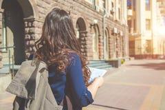Турист девушки с картой в руке на концепции туристов улицы города Исследовать город Стоковая Фотография