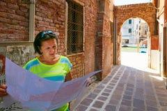 Турист девушки с картой в улице Италии Стоковое фото RF