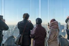 Турист для того чтобы насладиться и приняться фото горизонта Нью-Йорка стоковое фото