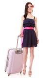 Турист девушки брюнет женский в платье с чемоданом. Туризм перемещения. Стоковое фото RF