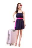 Турист девушки брюнет женский в платье с чемоданом. Туризм перемещения. Стоковое Фото