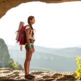 Турист девушки в горах Стоковая Фотография