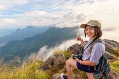 Турист девушки на горах в Таиланде Стоковые Фото