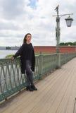 Турист девушки на мосте крепости Стоковые Фото