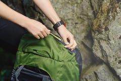Турист девушки при рюкзак идя к горе Стоковые Изображения