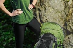 Турист девушки при рюкзак идя к горе Стоковое фото RF
