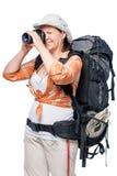 турист девушки с рюкзаком фотографируя на камере Стоковая Фотография