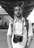 Турист ждет на станции Молодые путешественник или фотограф идут sightseeing стоковое фото rf