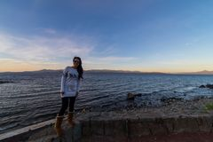 Турист женщины в горах и озерах San Carlos de Bariloche, Аргентины стоковая фотография rf