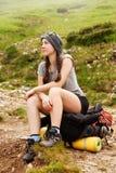 Турист женщины в горах Стоковые Изображения RF