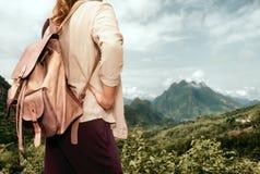 Турист женщины в рубашке с рюкзаком наслаждаясь Mountain View стоковая фотография