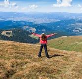 Турист женщины на горе при поднятые руки чувствуя успех Стоковая Фотография