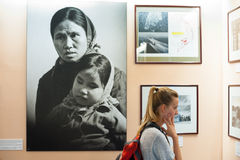 Турист женщины на музее обмылков войны, Сайгоне Стоковое Изображение