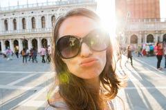 Турист женщины на St отметит квадрат принимая selfie дуя поцелуй Стоковые Фото