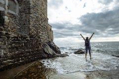 Турист женщины перемещения наслаждается взглядом моря, Черногории стоковые фото
