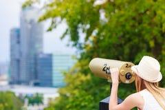 Турист женщины при шляпа солнца смотря через телескоп Стоковые Фото