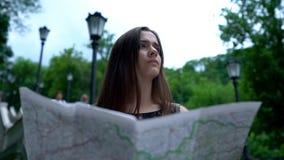 Турист женщины смотря карту, отклонение города, осмотр достопримечательностей привлекательностей, отключение стоковое фото rf