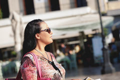 Турист женщины с городом карты посещая, старым городскым центром на предпосылке Стоковые Изображения