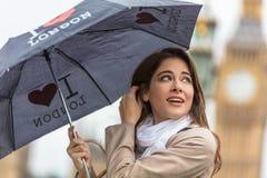 Турист женщины с зонтиком большим Бен, Лондоном, Англией стоковое фото