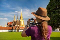 Турист женщины с камерой в Бангкоке стоковое изображение