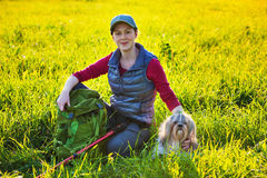 Турист женщины с собакой Стоковое Изображение RF