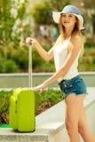 Турист женщины с чемоданом на улице Стоковая Фотография RF