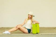 Турист женщины с чемоданом на улице Стоковые Изображения RF
