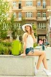 Турист женщины с чемоданом на улице Стоковые Изображения