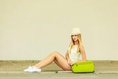 Турист женщины с чемоданом на улице Стоковые Фото