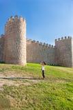 Турист женщины фотографируя стена Авила средневековая Стоковая Фотография