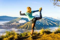 Турист играет йогу на точке зрения Кинг-Конга Стоковые Фото