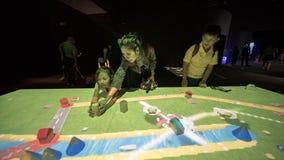 Турист играя на музее Сингапуре ArtScience Стоковое фото RF