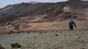 Турист идет вниз с предпосылки вулкана Pico Viejo сток-видео