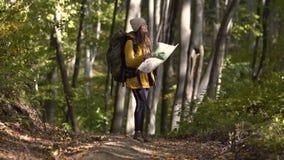 Турист ищет направление с картой сток-видео