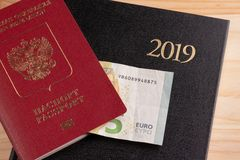 Турист и туристские пакеты - русский паспорт, евро, тетрадь стоковое фото rf