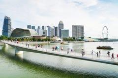 Турист идя на мост в Сингапуре стоковые изображения rf