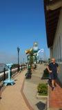 Турист идя около маяка na górze холма Санта-Ана Холм Санта-Ана один из большинств важных аспектов туриста внутри стоковые фото