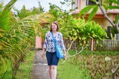 Турист идя около риса fields в Ubud, Бали Стоковые Изображения