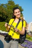 турист карты девушки камеры стоковые изображения rf