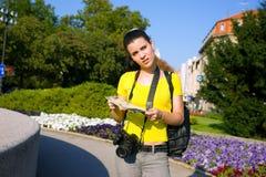 турист карты девушки камеры стоковое изображение