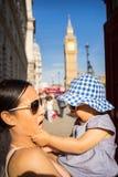 Турист матери и младенца перемещения Лондона большим Бен Стоковые Фотографии RF