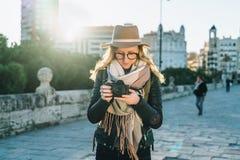Турист молодой женщины, фотограф, девушка битника в шляпе стоит на улице города и использует камеру, взгляды отображает на экране Стоковое Фото