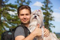 Турист молодого человека с собакой Стоковая Фотография RF