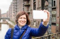 Турист молодой женщины принимая Selfie Стоковое Изображение