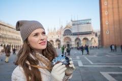 Турист молодой женщины с ретро камерой фото на аркаде Сан Marco Стоковые Фото