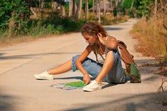 Турист молодой женщины с рюкзаком на дороге Стоковые Фото