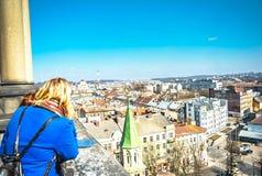 Турист наслаждаясь красивым городом Lvov Стоковое Изображение RF