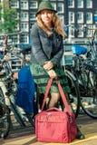 Турист на автостоянке велосипеда в Амстердаме Стоковые Фотографии RF